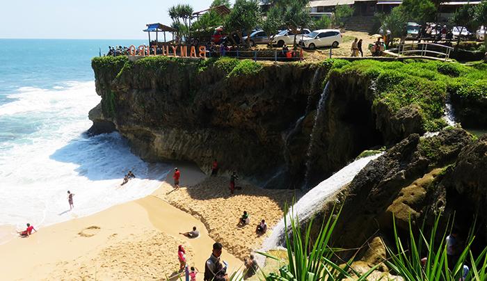 Kawasan Pantai Pasir Putih Pantai Banyu Tibo