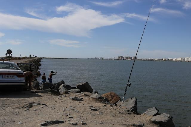 Familia pescando en el Espigón de Hueva