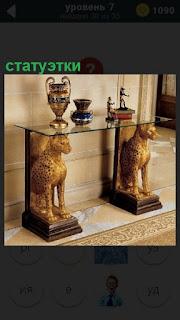 В музее стоят две статуэтки в виде двух львов, на головах полка с кубкоми