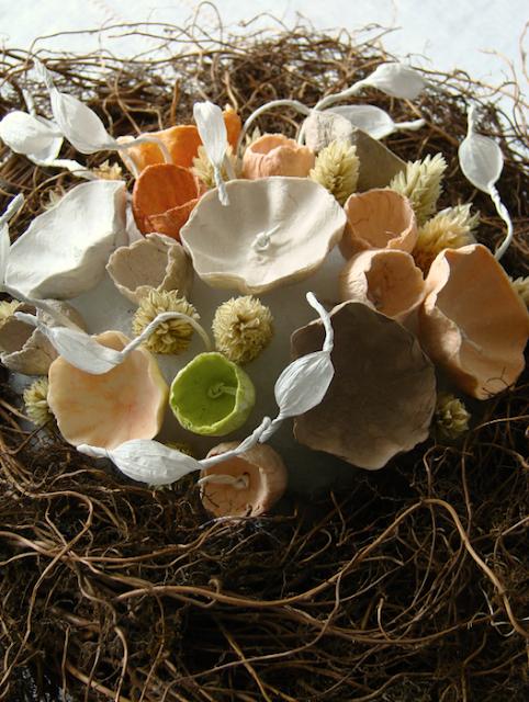 centrotavola con spighe e fiori di carta per un matrimonio green