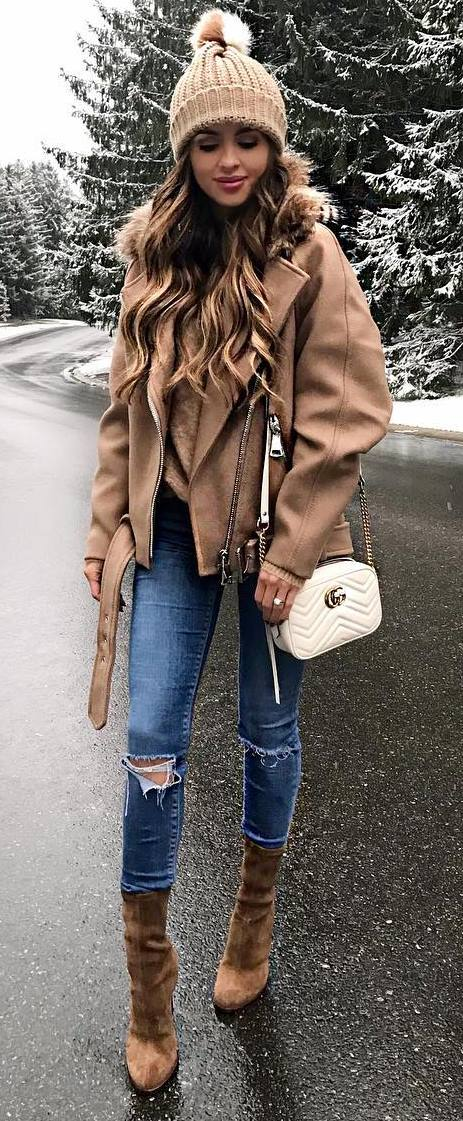 cozy winter outfit_nude moto jacket + white bag + sweater + skinny jeans + boots
