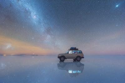 Automóvil estacionado en medio del desierto de sal en Bolivia