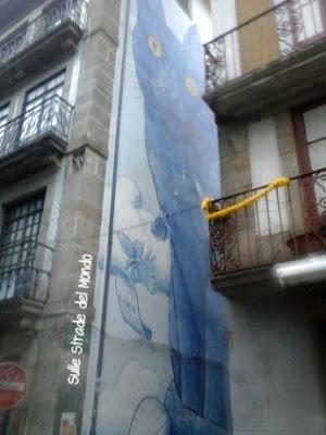 un gatto blu su un palazzo di Porto