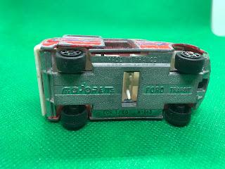 FORD TRANSIT のおんぼろミニカーを底面から撮影