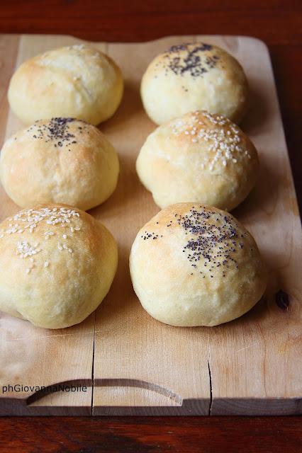 Panini di grano Kamut con formaggio dolce e noci