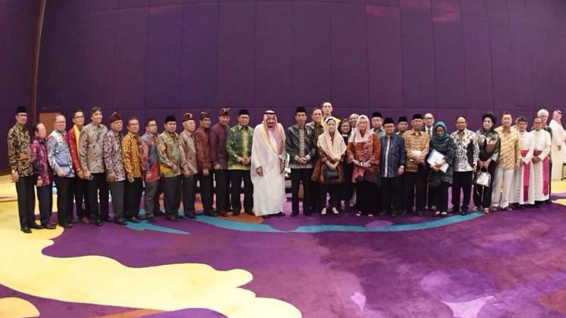 Raja Salman berfoto dengan tokoh lintas agama