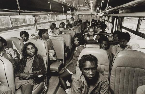 Vintage foto: imagen del interior de un camion escolar con niños de varias descendencias, razas.