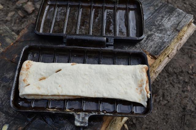 Nog ongebakken kaneelbroodje in de pie iron