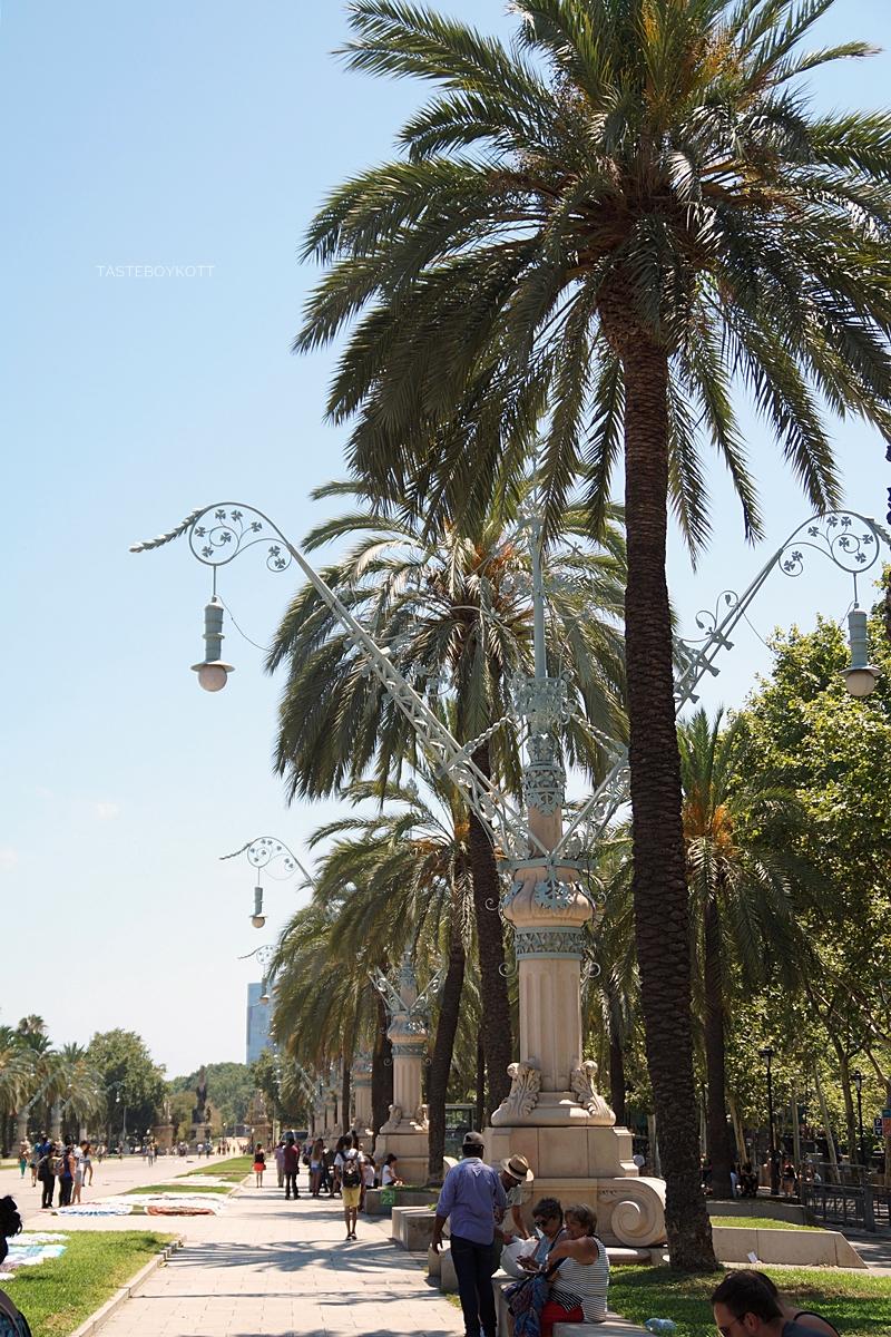 Jugendstil-Straßenlaternen am Triumphbogen Barcelona // Street Lanterns in Barcelona