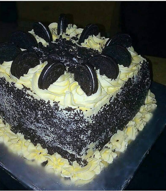 Cake goals: Cake given chocolate busicuits design