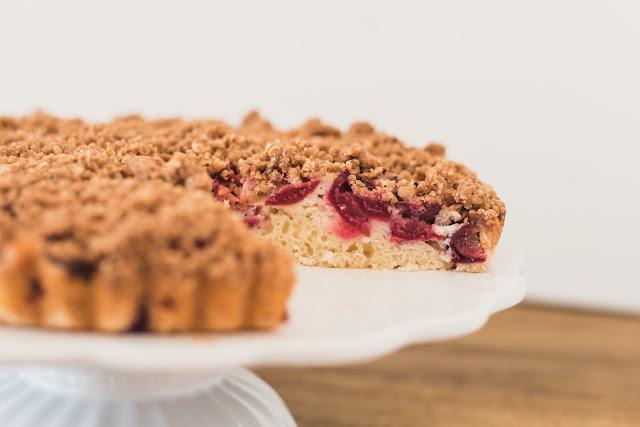 Jogurtový koláč s višněmi (nebo čímkoliv jiným)