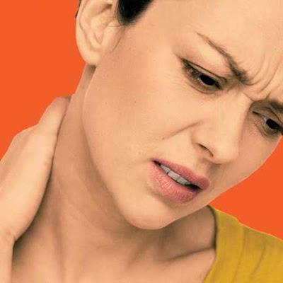 الام الرقبة الم امرأة فتاة بنت تضع يدها عنق عنقها على رقيتها مؤخر عنقها  pain killers woman girl put her hand on her neck