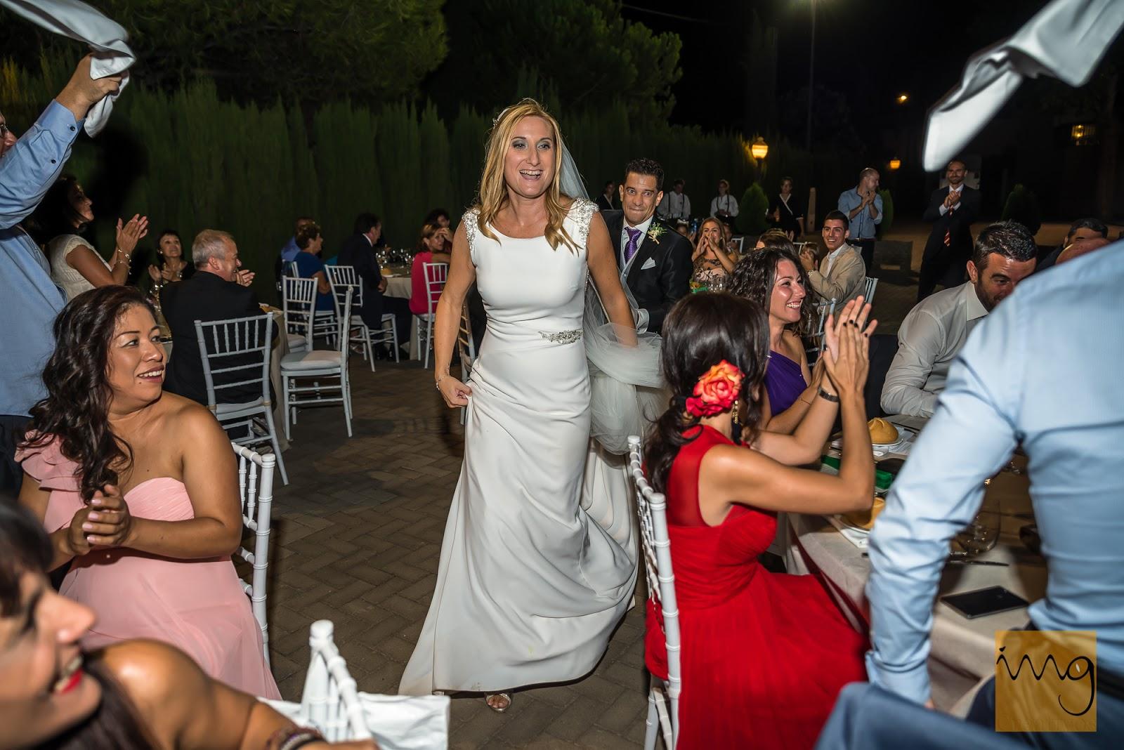 Fotografía de los novios entrado al lugar de la cena de boda