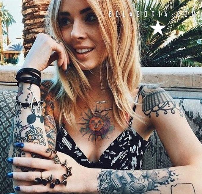 Foto de chica en una terraza bar, lleva tatuaje de sol y luna en el pecho