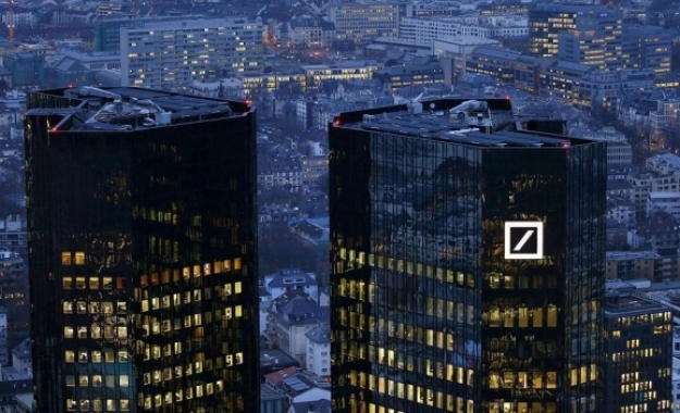 WSJ: Ξετυλίγοντας το κουβάρι των 42 τρισ. παραγώγων της Deutsche Bank