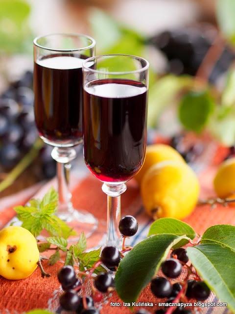 podlasianka, nalewki domowe, czeremcha, pigwowiec, winogrona, spizarnia, przetwory, wodka owocowa, spirytus, wyroby domowe, alkohol, owoce