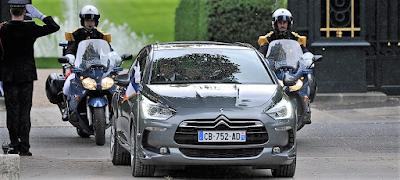 警官バイクが同行する政府高官の車