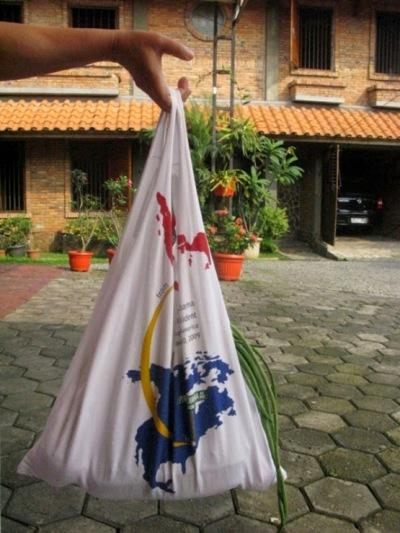 Buat tas tote bag dari bahan t-shirt atau kaos bekas.