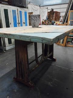 Mesa construida a partir de una máquina de coser industrial pieza del desembalaje de Bilbao