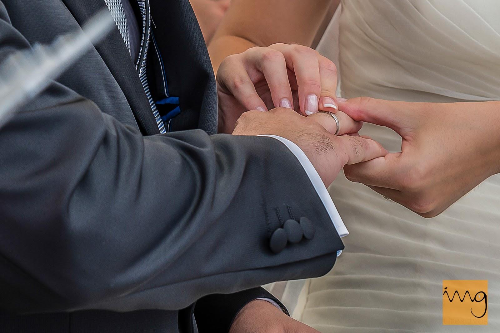 Fotografía del intercambio de alianzas en la boda
