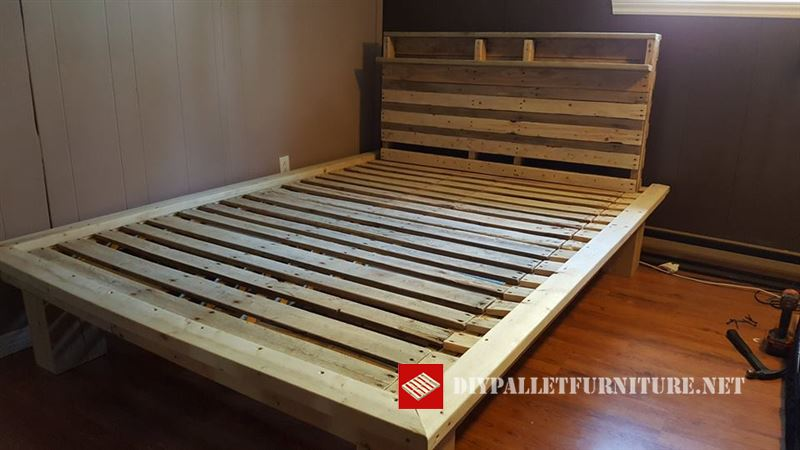 cama de matrimonio creada por servadomqc con madera obtenida de palets reciclados y posteriormente lijada la cama incluye un cabecero con estantera - Camas Con Palets