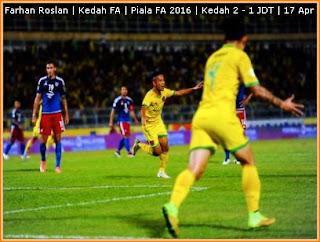 Pemain pasukan Kedah Mohd Farhan Roslan (tengah) meraikan gol pertama beliau pada perlawanan separuh akhir pertama Piala FA antara Kedah menentang Johor Darul Ta'zim di Stadium Darul Aman malam tadi. - Foto Bernama