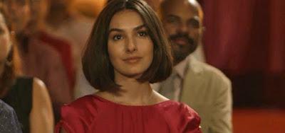Larissa (Marina Moschen) vai dar a volta por cima e bater em Vanessa (Camila Queiroz) em Verão 90