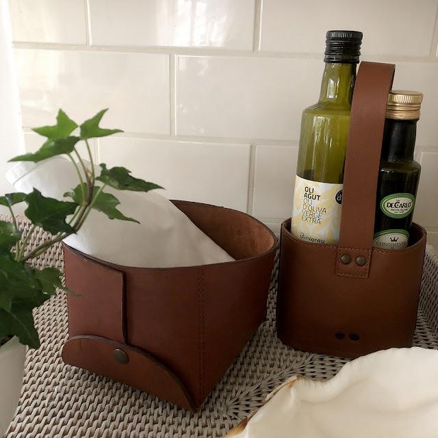 Korg i skinn för olja och vinäger från Top Drawer hos Longcoast Living.