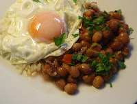 Huevo frito con alubias como guarnición