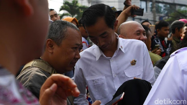 Jalan-jalan ke CFD Dago, Jokowi Bertemu 'Kembarannya'