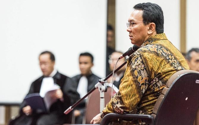 """5 Gestur """"Kekalahan"""" Ahok Saat Habib Rizieq Jadi Saksi Ahli"""