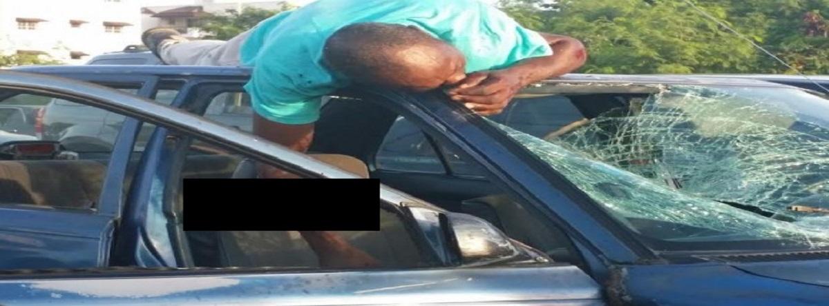 encima de un carro tras accidente
