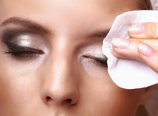 cara membersihkan make up di wajah dengan benar