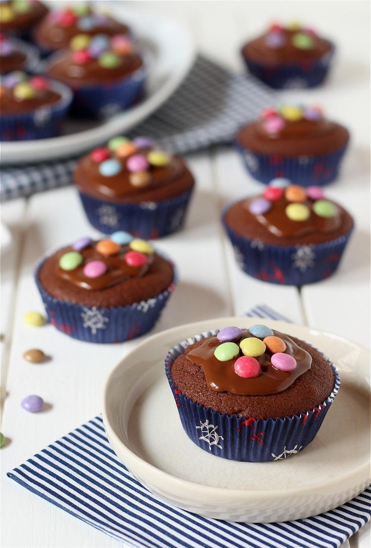 Pinata-Muffins - Schokoladenmuffins mit Smarties 3