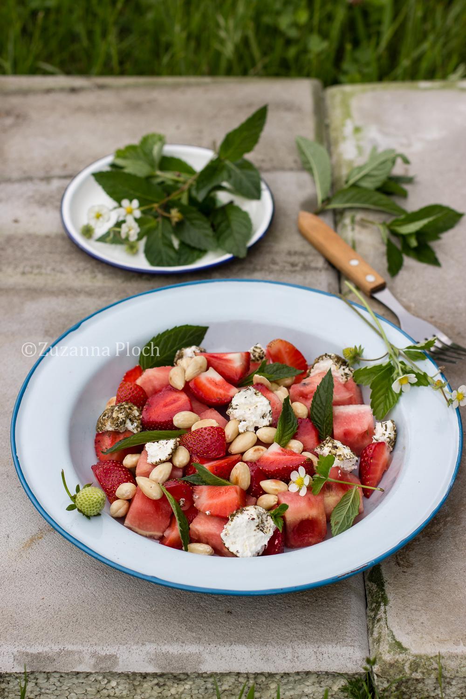 Sałatka z truskawkami, arbuzem i labneh