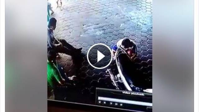 VIDEO: Detik-Detik Penyelamatan Seorang Ayah Terhadap Dua Anaknya Yang Hendak Ditabrak Mobil
