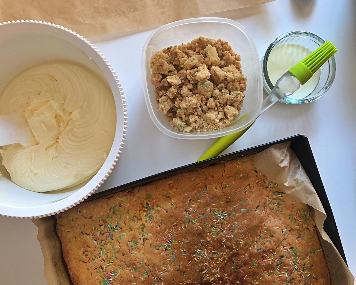 ciasto pieczenie, milk bar, ciasto urodzinowe, krem