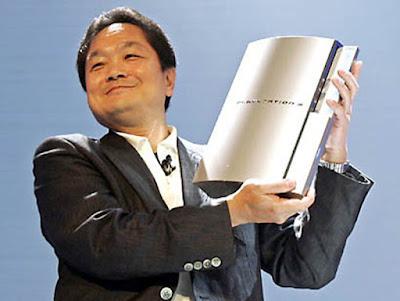 Biografi Ken Kutaragi - Pencipta PlayStation        Ken Kutaragi, adalah pengusaha dan penemu mesin game play station asal Jepang yang sangat terkenal di dunia. Lahir di Tokyo 8 Agustus 1950 dari keluarga yang secara ekonomi biasa-biasa saja, namun ia memiliki semangat, ketekunan, inovasi dan kreatifitas luar biasa. Keluarganya hidup dengan mengelola usaha percetakan di Tokyo. Di usia sekolah, Kutaragi dikenal sebagai siswa berotak encer ia siswa rajinyang rajin dan pintar, hampir setiap ujian selalu mendapatkan nilai 100.  Ken Kutaragi sejak kecil selalu mendapatkan nilai 100 di setiap pelajaran di sekolahnya. Ia tergolong murid yang rajin dan pintar. Kondisi keuangan keluarganya tidak melimpah, alias sederhana. Keluarganya membangun bisnis sendiri, yaitu percetakan di pabrik kota. Hobinya sejak kecil adalah mengutak atik barang-barang mekanik. Sepulang sekolah, ia selalu menyempatkan mampir ke pabrik tersebut untuk sekedar menyalurkan hobinya dalam hal mekanik. Setelah mendapatkan gelar Insinyur Elektronika di Universitas Denki Tsushin, dengan mudahnya ia mendapat tempat di perusahaan Sony.  Ia terkenal sebagai problem solver yang luar biasa. Pada suatu hari, Kutaragi melihat putrinya bermain famicom. Tiba-tiba terlintas di benaknya untuk menciptakan sebuah video game. Namun keinginannya yang sudah tak tertahankan tersebut ditolak oleh Sony. Namun, Nintendo yang