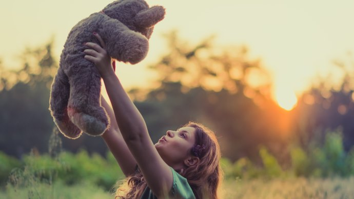 Wallpaper: The Girl with Teddy Bear