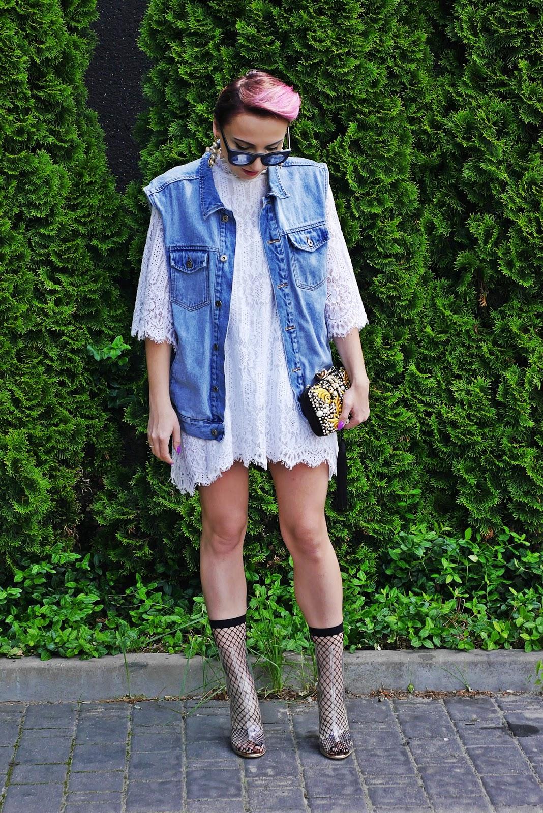 lace_dress_transparent_yezzy_shoes_karyn_blog_modowy_oversize_denim_220617c