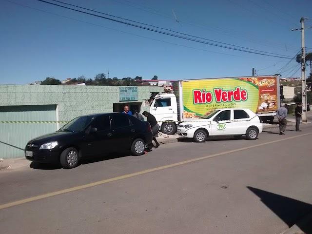 Caminhão de supermercado invade residência e deixa dois feridos