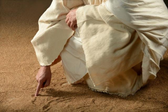 Menulis di atas pasir. Memaafkan kesalahan