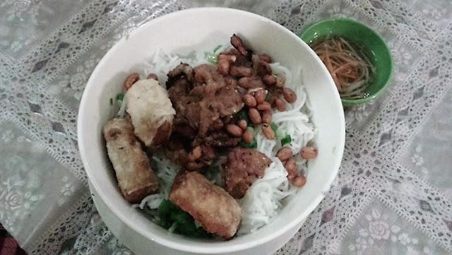 Comida vietnamita: Fideos de arroz con ternera, cacahuetes y rollitos