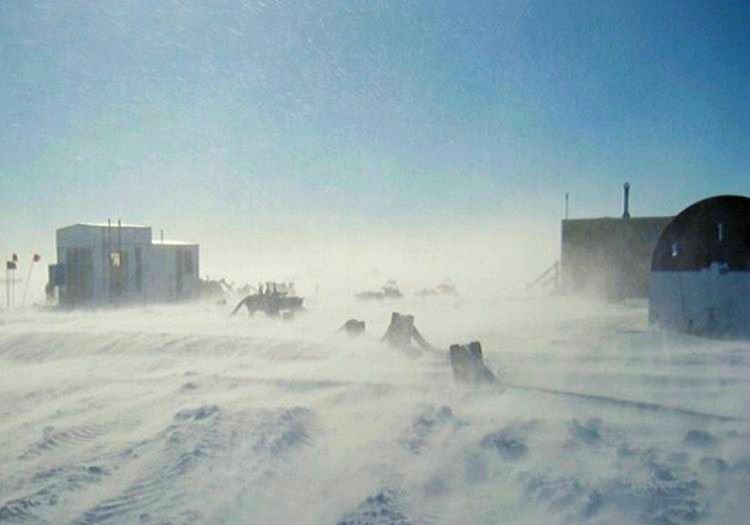 Denison Burnu dünyanın en rüzgarlı kıyısıdır, bu bölgede yaşamak oldukça zordur.