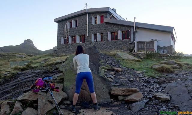 Cogiendo agua en la fuente del Refugio de Pombie