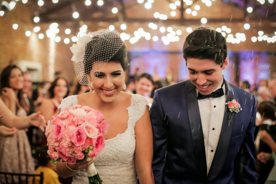 casamento-lindo-singelo-cerimonia-luzinhas-saída-noivos