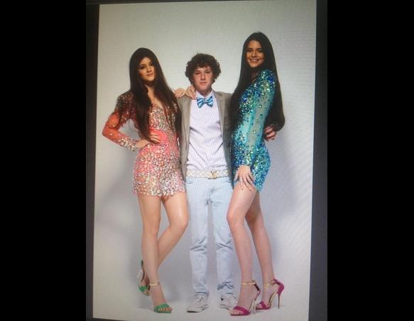 ... posam em New York com vestidos de formatura da marca Sherri Hill.  Kendall e Kylie são super estilosas e posaram no Instagram com vestidos  super lindos. 577740a52d