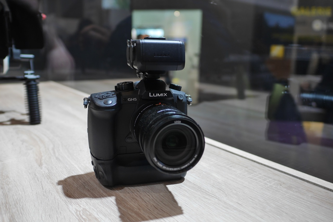 Panasonic Lumix GH5 с дополнительным адаптером и батарейным блоком