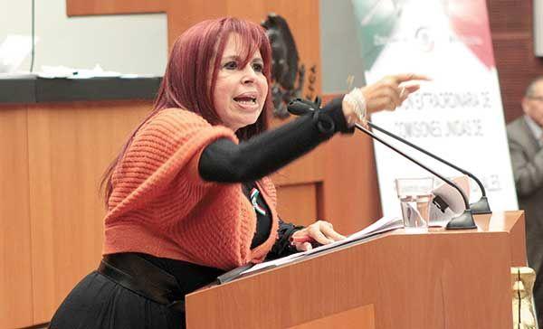 La senadora que ofrece un plato de caca a Videgaray