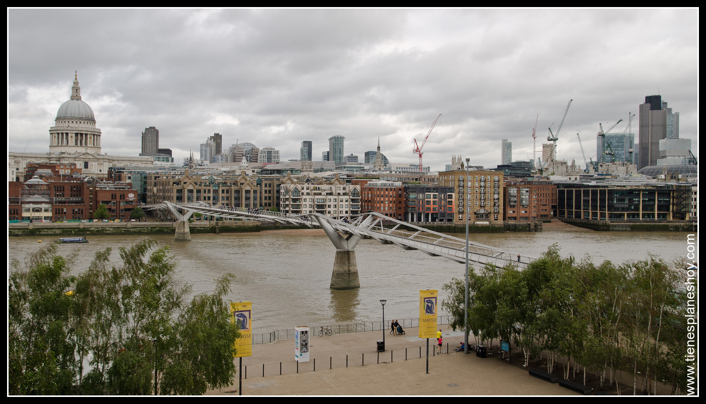 Vistas del Millenium Bridge y Catedral de St Paul (terraza de Tate modern) Londres